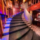 Лестница на второй этаж паба